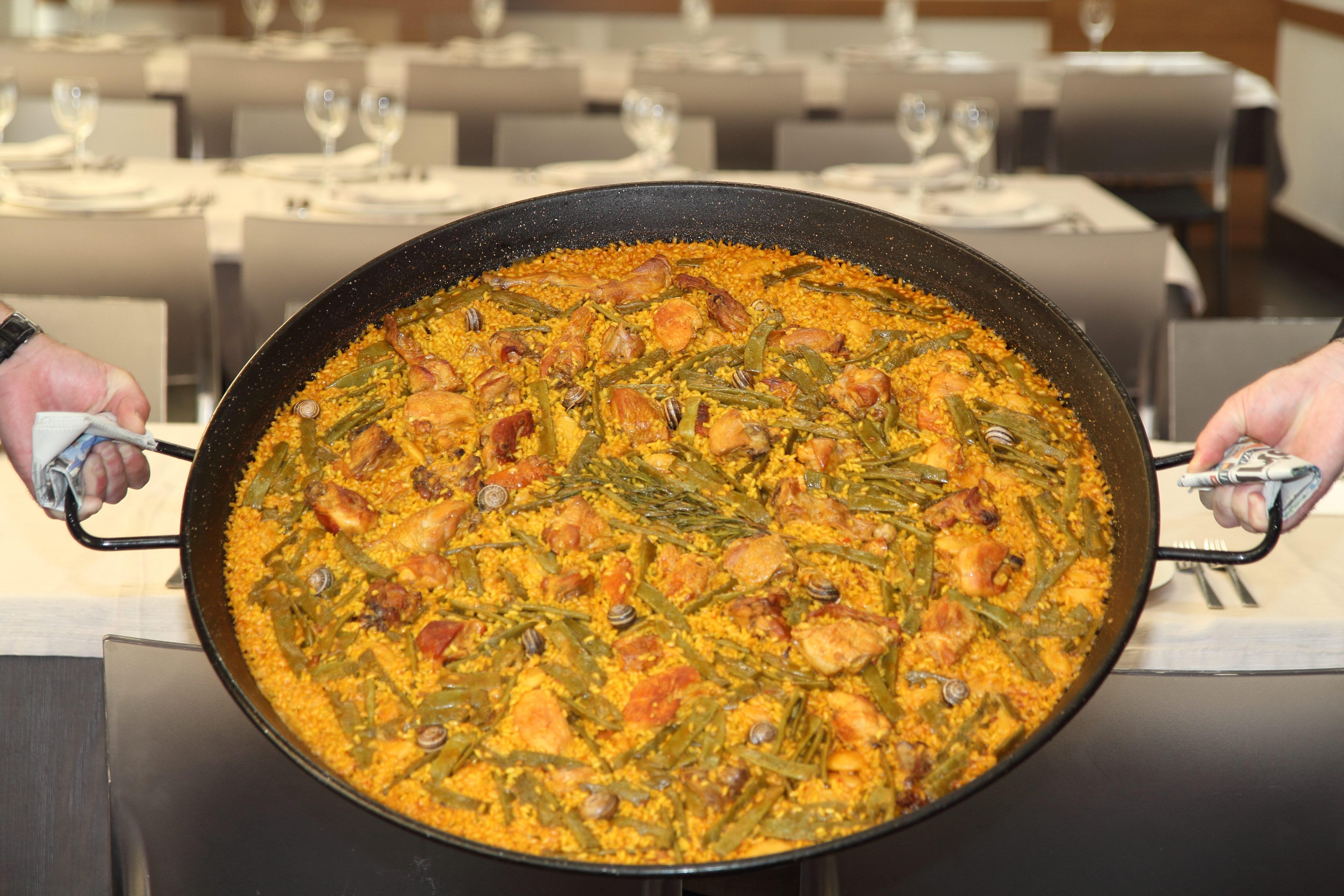 comer paella en restaurante en Valencia
