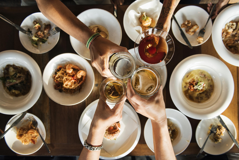 Brindando en tu cena de grupo